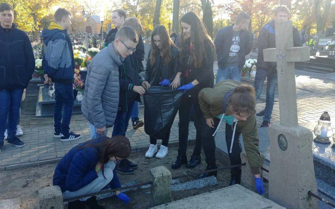 Porządkowanie grobów – akcja Szkolnego Klubu Wolontariatu  i Samorządu Uczniowskiego